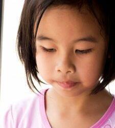 una niña con autismo Razones por las que la gente sigue una dieta sin gluten