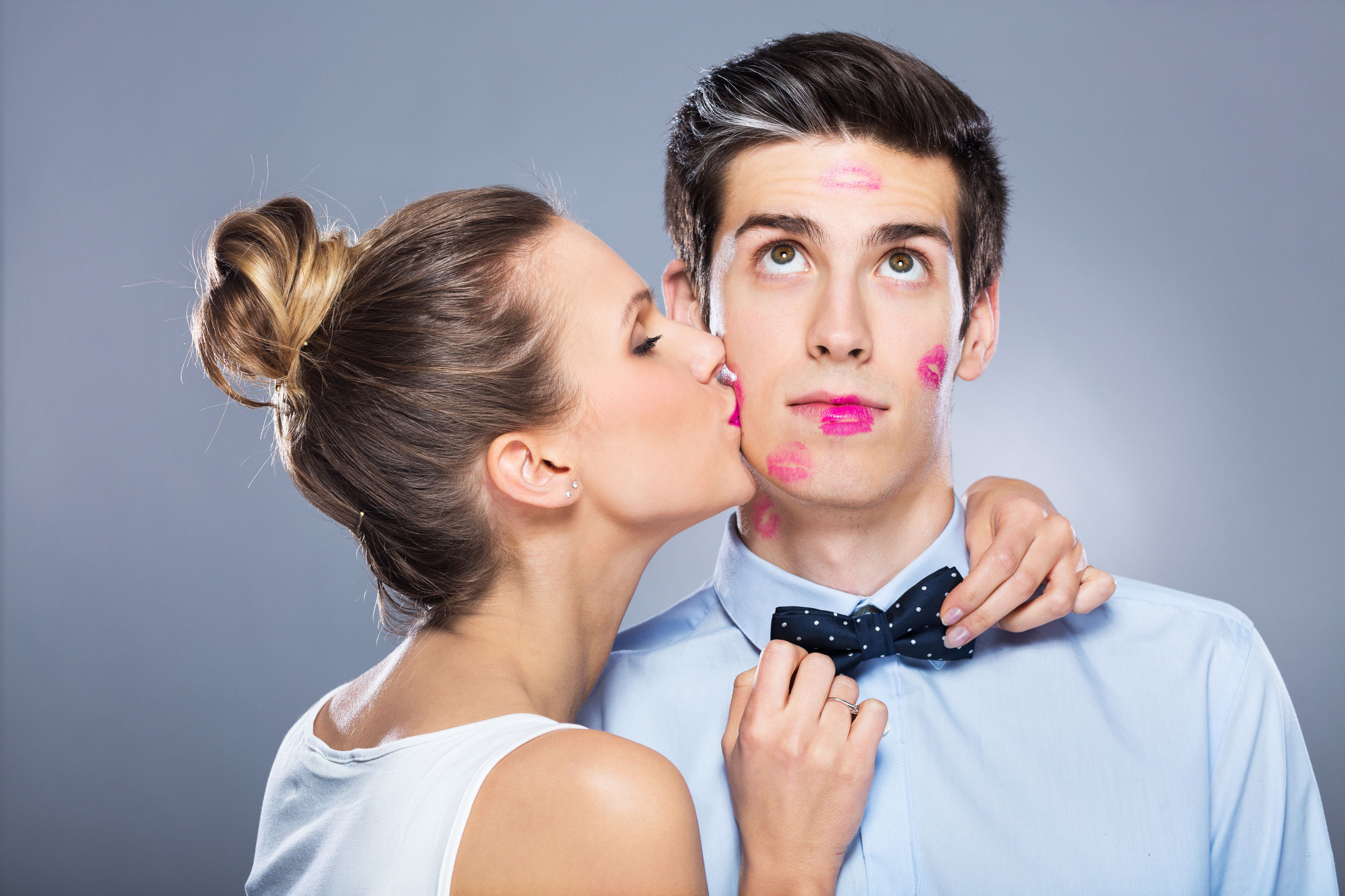 woman kissing man-kissing can pass cold sores from one person to another
