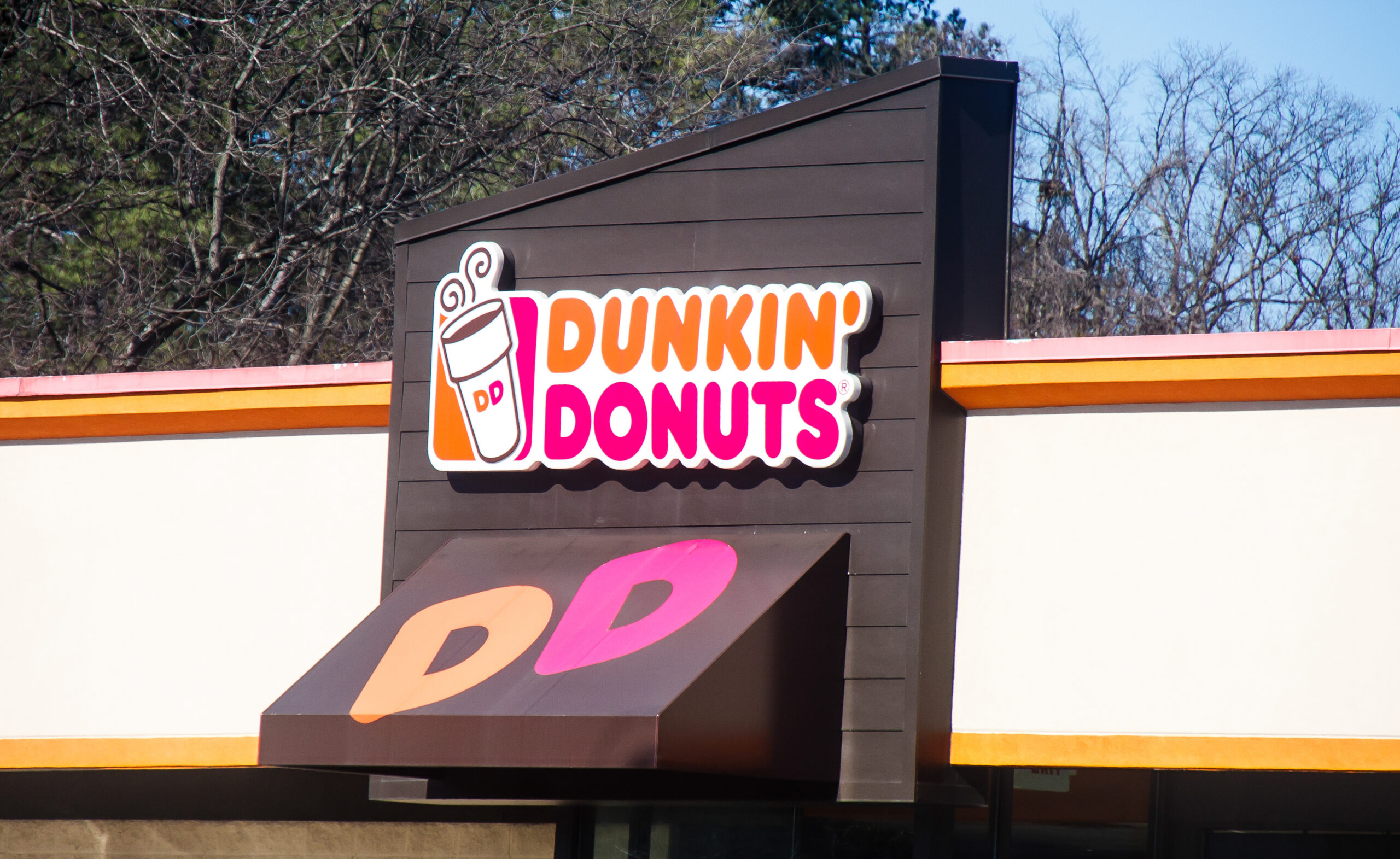 A dunkin donuts store that now carries oat milk for coffee drinks